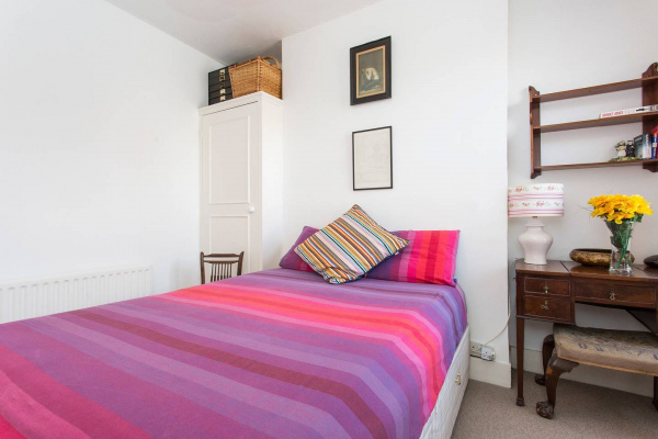 London, GB 2BR flat, 10 min to Barons Court st & Thames River