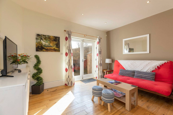 London, GB Bright Clapham flat with private garden, sleeps 4